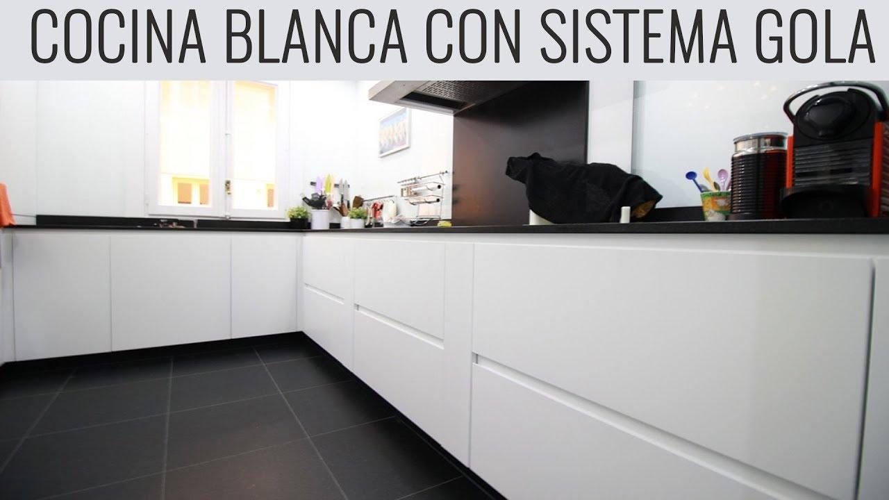 Cocina blanca muy bonita sistema gola encimera granito Cocina blanca encimera granito negra