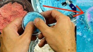 On dirait du sable coloré. C'est une fois dans l'eau que la magie de la boule se libère.