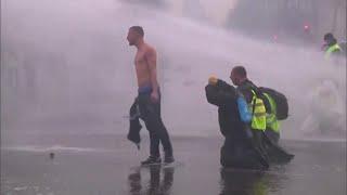 """Parigi,decine di feriti e oltre 100 fermi:scontri tra """"gilet gialli"""" e polizia armata di lacrimogeni thumbnail"""