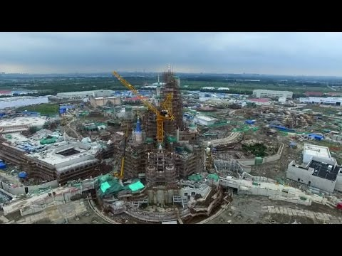 Shanghai Disneyland construction time lapse over Enchanted Storybook Castle