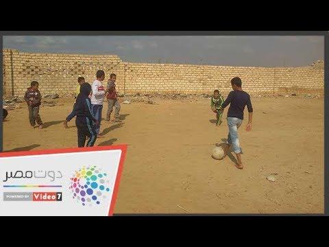 أطفال المنشية ببنى سويف يلعبون كرة القدم على الصخور ويطالبون بمركز شباب  - 06:53-2018 / 12 / 14