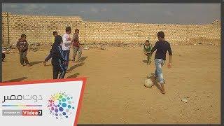 أطفال المنشية ببنى سويف يلعبون كرة القدم على الصخور ويطالبون بمركز شباب