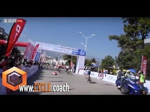 Brutal caída en una carrera ciclista en China