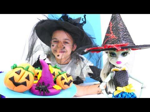 Монстер Хай: Баба Яга наряжает кукол на Хэллоуин.