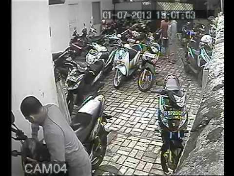 CCTV pencurian motor di daerah tebet barat Jakarta,  2 Juli 2013