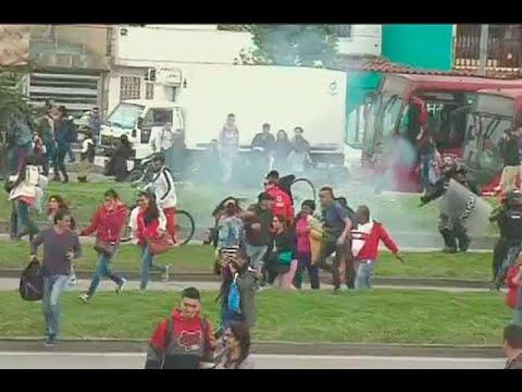 Disturbios y bloqueos en Transmilenio por falta de buses en Las Américas  | Noticias Caracol