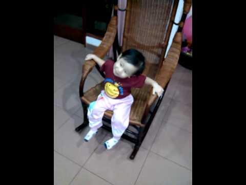 Video lucu Anak bayi Main kursi goyang