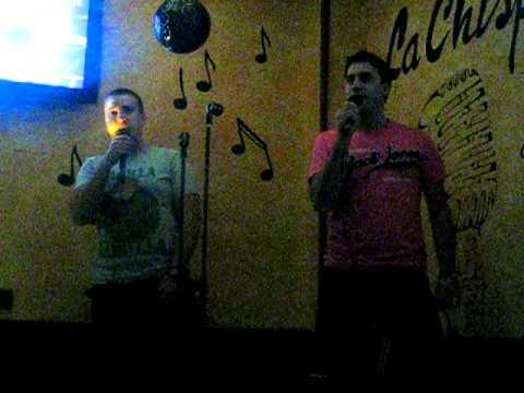 Viti y Flequi en karaoke la chispa