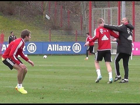 Funny - Pep Guardiola kidding after Toni Kroos tackling Thomas Müller - FC Bayern Munich