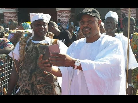 See as people scream as Saheed Balogun storms in as he greets Ooni of Ife at Olojo 2018