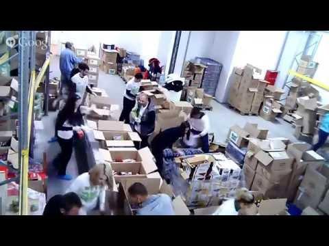ДЕН 2: Служителите на Smart Communications опаковат празничните пакети (част 1)