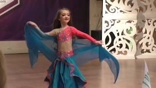 Восточные танцы для детей - Девочка танцует восточный танец
