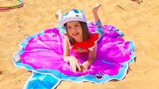 Макс и Катя их игры с водой на пляже