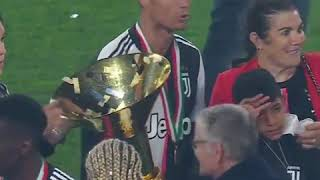 Cristiano Ronaldo şampiyonluk kupasını kaza ile oğlunun başına vurdu