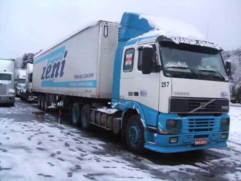 camioneros que atraviesan la cordillera de los andes