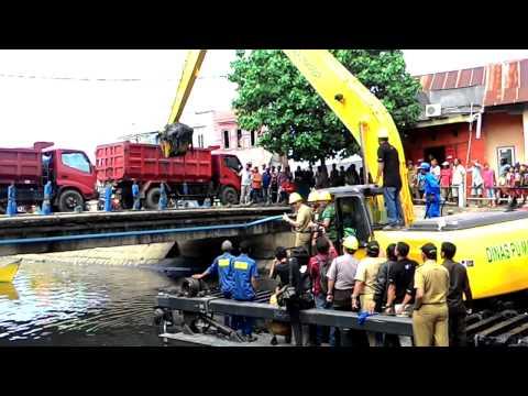 Makassar kini punya Excavator Amphibi