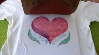 Estampando camiseta com lixa e giz de cera