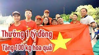 Đội tuyển nữ Việt Nam nhận 1 tỷ tiền thưởng - được tặng thêm 100 kg hoa quả