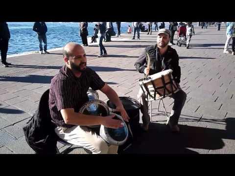 Percussion traditionnelle en plein air. Marseille Vieux-Port. 2017