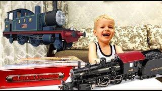 Мистер сын продолжает играть в паровозик. Видео для детей.