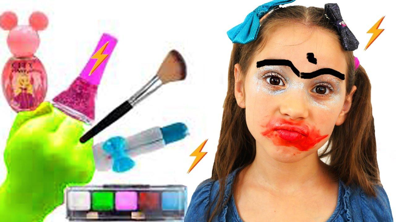 Аня играет с косметикой для детей