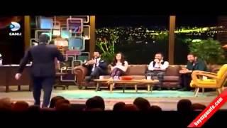 Beyaz, Burak Özçivit'i canlı yayında fena terletti Beyaz Show 23 01 2015