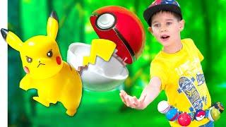 Покемоны Игрушки и разноцветные Покеболы. Эрик и Глеб ловят Покемонов в парке.