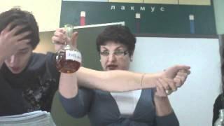 Учительница химии режет ученику руку прямо на уроке!(Учительница химии, показывая опыт, случайно режет вены на руке ученику. Ученик теряет сознание прямо на..., 2011-05-06T19:16:18.000Z)
