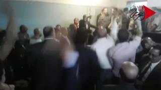 فيديو وصور| حبس «محامي طوخ» أسبوع لضربه أمين شرطة.. وزملاؤه يحتفلون