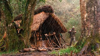 BUSHCRAFT VIBES in tнe RAIN! - reed/ heather hut, overnight, tree felling, axe work