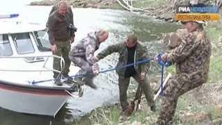 Путин поцеловал гигантскую щуку на рыбалке в Туве(, 2013-08-18T07:58:39.000Z)