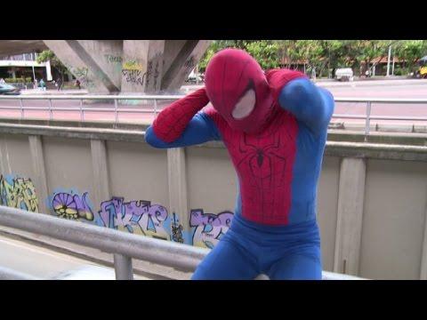 """""""Spiderman"""" tisse sa toile en Colombie, dans le ciel de Bogota"""