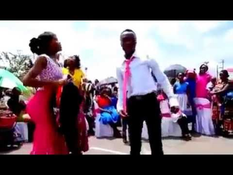 Best Kenyan wedding dancers doing Rose Muhando kamata pindo la Yesu live.