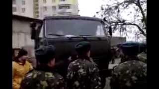 Видео: в Евпатории украинские солдаты не пускают российских в свою часть (04.03.2014)(Видео: в Евпатории украинские солдаты не пускают российских в свою часть