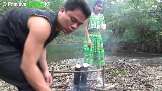 Primitive technology - Survival skills finding natural food and cooking in bamboo - Eating delicious