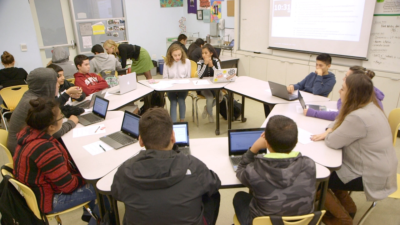 Collaborative Teaching High School : Flexible classrooms making space for personalized