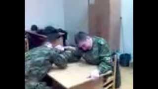 видео армия армреслинг спорт онлайн  Video Army armwrestling Online Sports(Смотрите видео армия армреслинг спорт онлайн ! В этом видео показано как наши солдаты развлекаются, ОЧЕНЬ..., 2013-10-10T14:44:44.000Z)