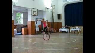 Աղջկա հնարքները հեծանիվով
