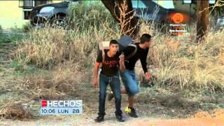 Traspaso de droga por el muro en Nogales, a plena luz, ni la...