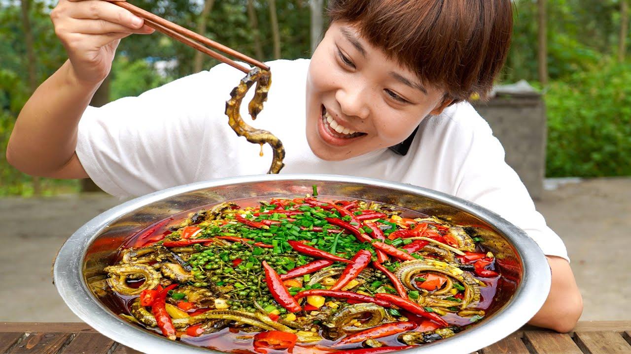 秋妹大病初癒! 400元買10斤黃鱔做水煮鱔魚補身體,麻辣鮮香,太下飯了! 【顏美食】