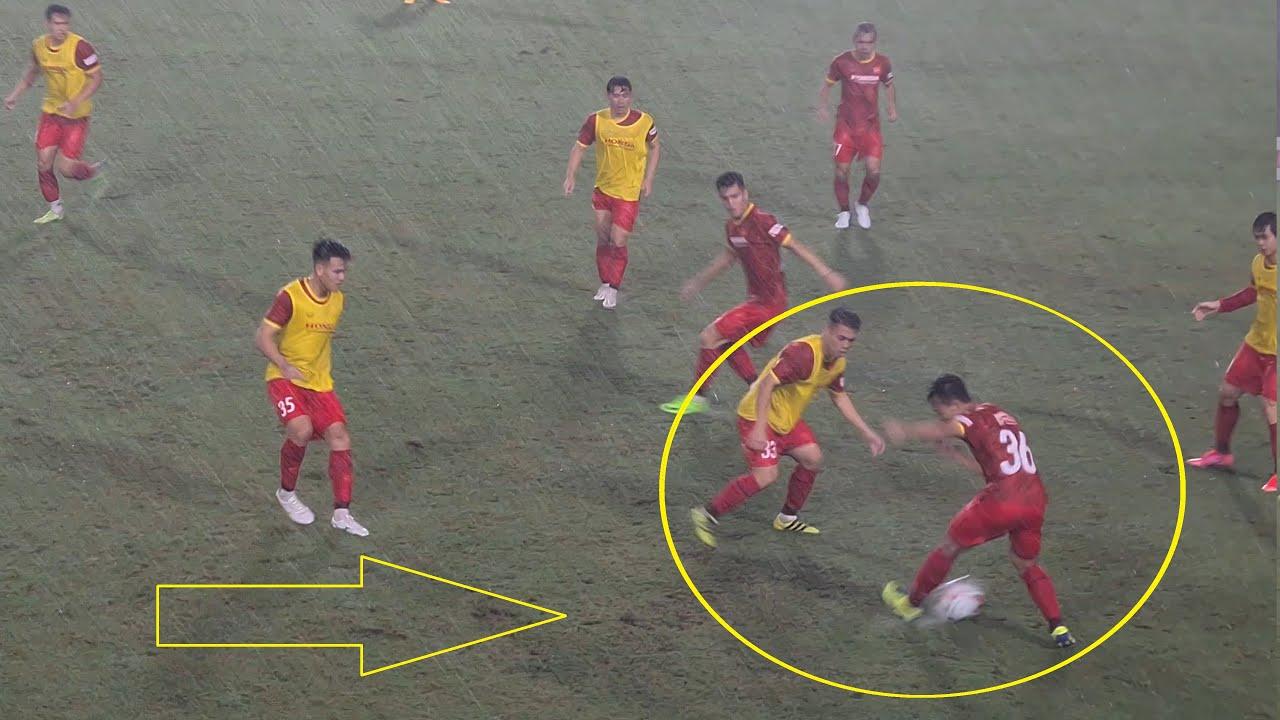 Đội tuyển Việt Nam luyện tập dưới mưa tầm tã