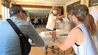 Vecinos de Lugo acuden a votar en una jornada que transcurre con normalidad