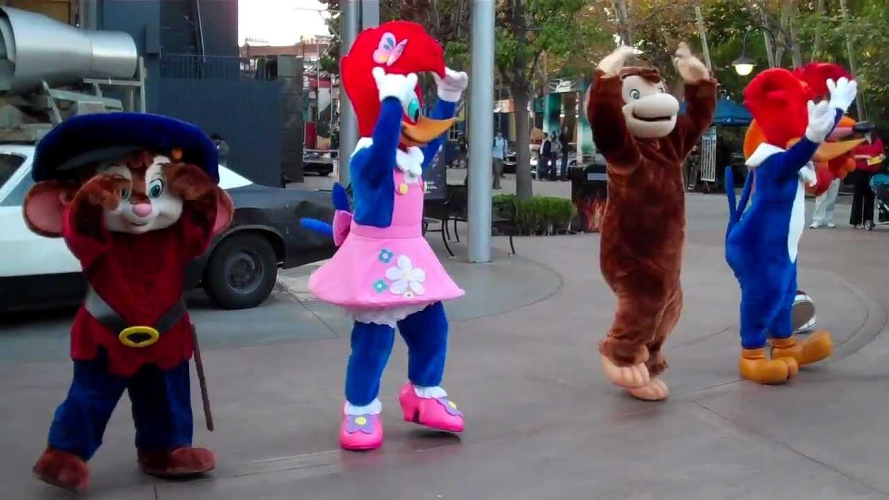 Cartoon Characters Universal Studios : Cartoon characters dance at universal studios hollywood