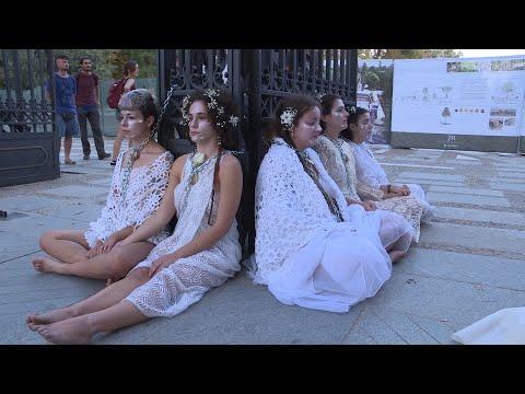 Activistas por el clima se encadenan a las puertas de El Retiro