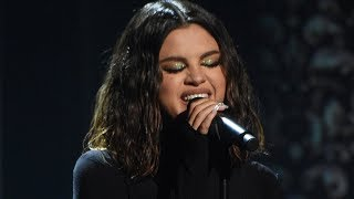 Selena gomez gets trolled for her performance during last night's american music awards…which we've now learned she had a panic attack before taking the stag...