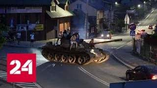 Смотреть видео Пьяный мужчина прокатился на танке Т-55 по польскому городу - Россия 24 онлайн