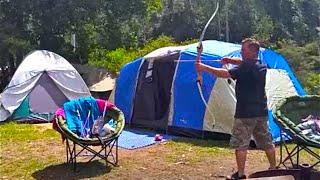 Отдых в Австралии с палатками у горного ручья, стрельба из лука, покатушки на мотоциклах