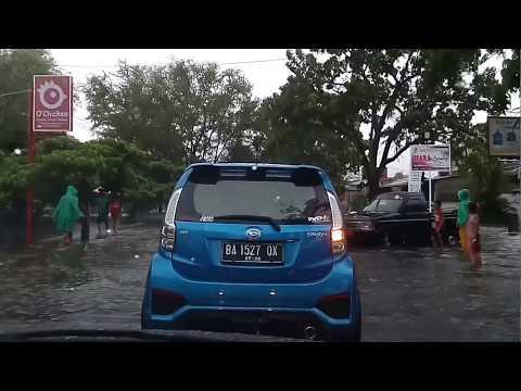 Kondisi lagi banjir di jln. Perintis.K ( jati ) Kota padang jam 06.45 Pagi