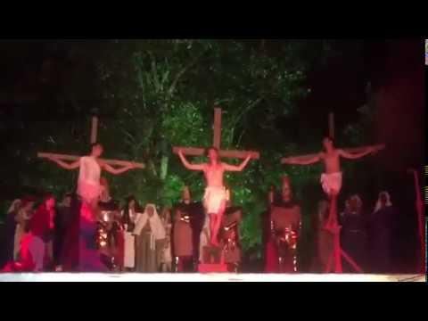 """Homem invade palco e agride """"soldados"""" para """"salvar"""" Jesus"""