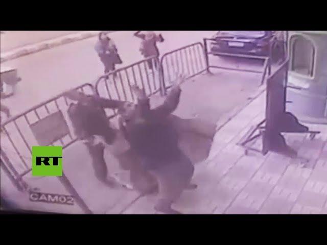 Un policía atrapa a un niño que cayó desde un tercer piso y le salva la vida